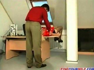 Russa milf ficar seduzido por seu chefe jovem