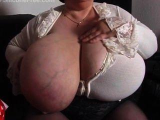 Avó com mamas gigantes
