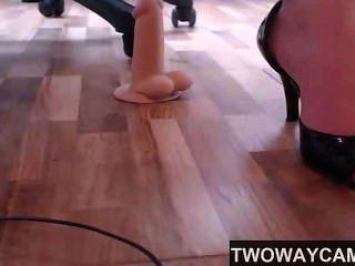 Cam girl pé fetiche com saltos e vibrador