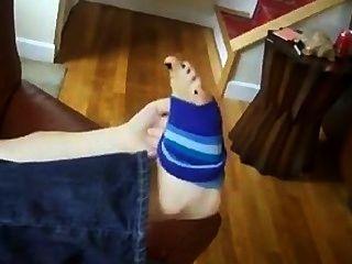 Cheirando meias e comer doces fora de seus próprios pés fedorentos