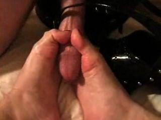 Loira dá shoejob e licks cum de dedos e sapatos (duas vezes)