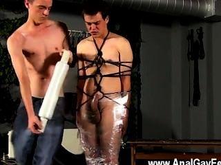 Gay twinks cristian está quase balançando, embrulhado em corda e algemado
