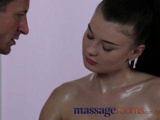 Salas de massagem doce adolescente com grandes mamas obtém sua fenda oleosa cheia