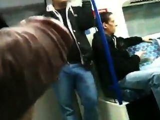 Mostrando o pau para outro cara não metrô