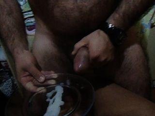 Macho gozando muito leitinho quente