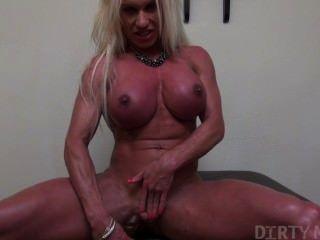 Ashlee câmaras mostrando seu corpo muscular