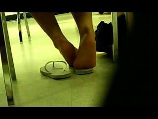 Pés menina alemã na biblioteca